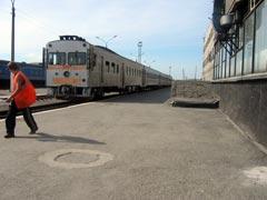 Дизель-поезд Д2-008 подают под посадку к платформе станции Южно-Сахалинск. На заднем фоне вагоны поезда Южно-Сахалинск-Ноглики. Фото Петра Малахина, 2006г.